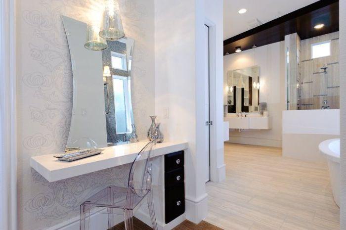 Изогнутное по бокам зеркало придает туалетному столику оригинальный вид.