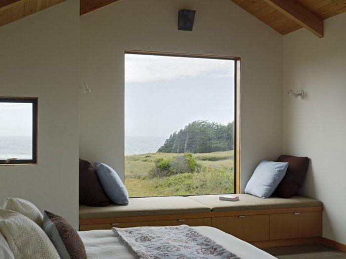 Минималистичен прозорец с модерен диван в спалнята.