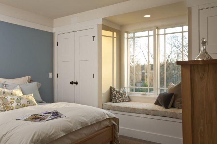 Диванът на перваза е чудесно допълнение към интериора на спалнята.