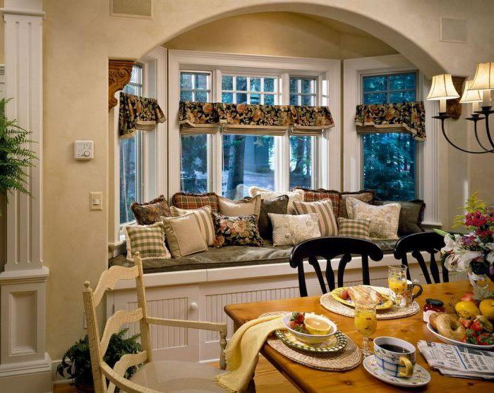 Възглавниците придават допълнителен комфорт и красота на дивана на прозореца.