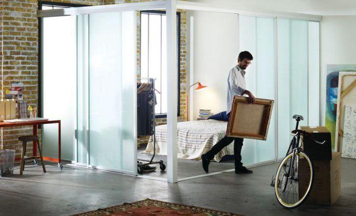Хороший способ создать несколько комнат в квартире-студии.