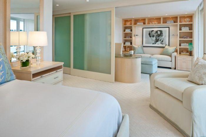 Раздвинув перегородки между спальней и комнатой для отдых, можно очутиться в одной большой гостиной комнате.