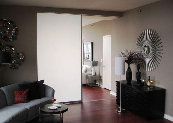 Подвижните прегради са чудесен заместител на врата между две стаи.