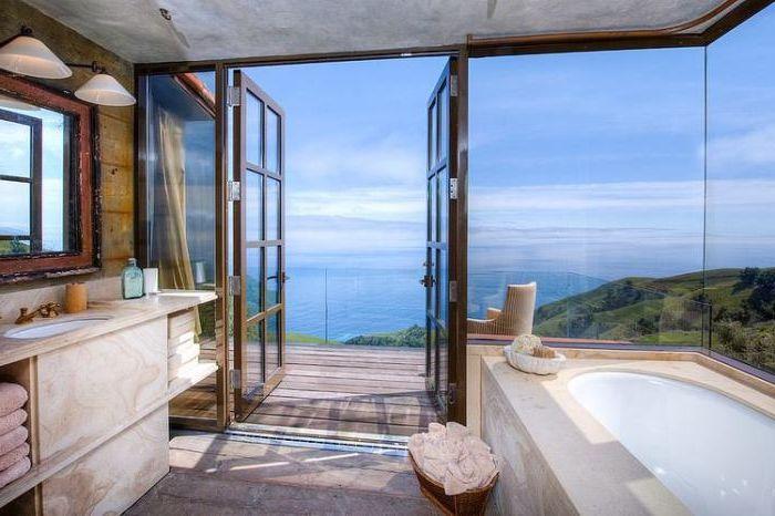 Bardzo jasna łazienka ze szklanymi drzwiami.