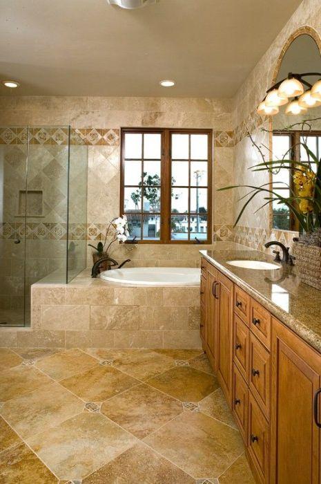 Łazienka z marmurową podłogą.