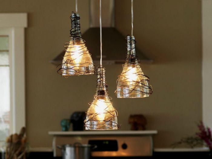 За да създадете такава лампа, ще ви трябват върхове бутилки за вино и тел.