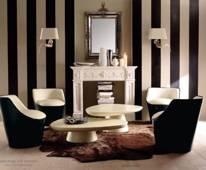 Wykwintny ozdobny kominek, który idealnie komponuje się z wnętrzem salonu.