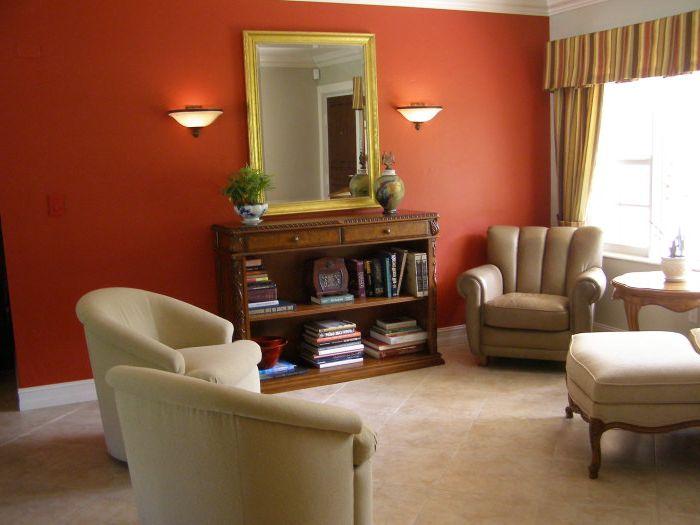 Яркий цвет стены подчеркнет стильность гостиной.