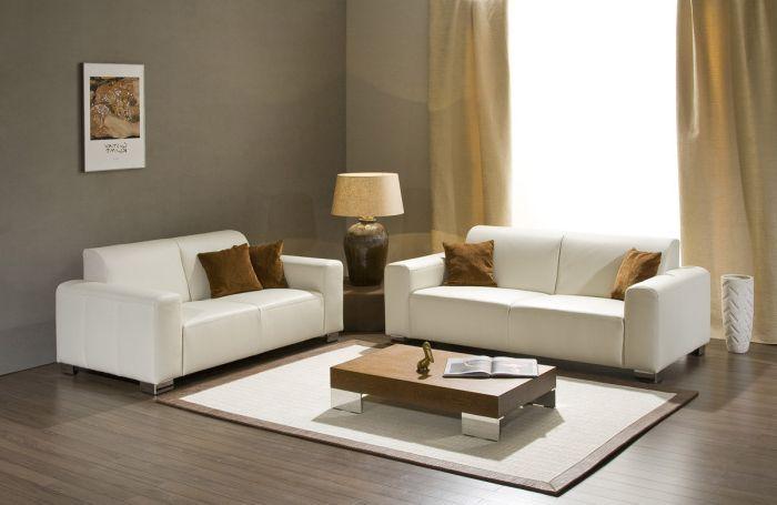 Маленький столик создаст уютную атмосферу в гостиной.