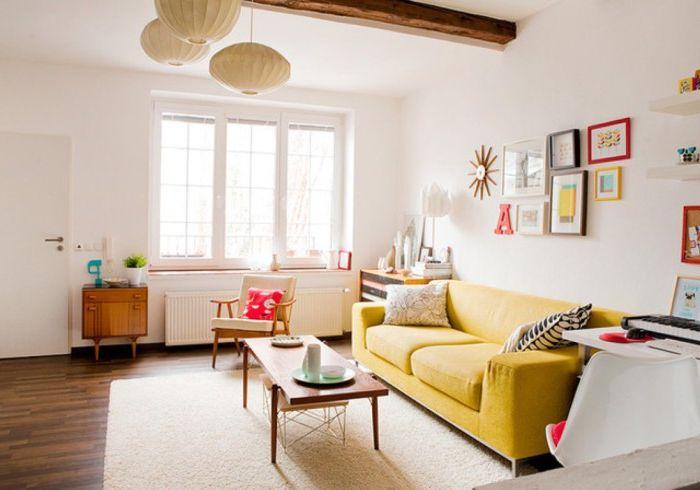 Любые собственноручно сделанные предметы искусства хорошо украсят гостиную.