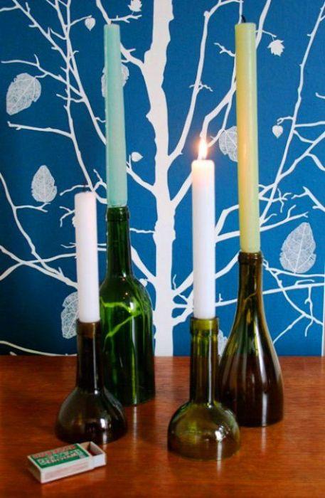Tyhjät viinipullot voivat olla alkuperäisiä kynttilänjaloja kodillesi.