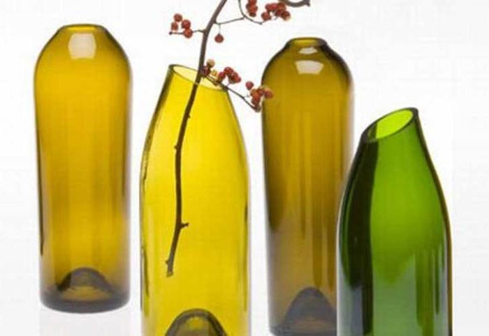 Чрез внимателно отрязване на гърлото на бутилка вино можете да създадете прекрасна ваза за цветя.