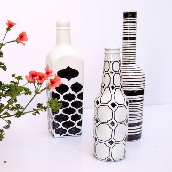 Yksinkertainen geometrinen kuvio muuttaa tyhjät viinipullot alkuperäisiksi sisustusesineiksi.