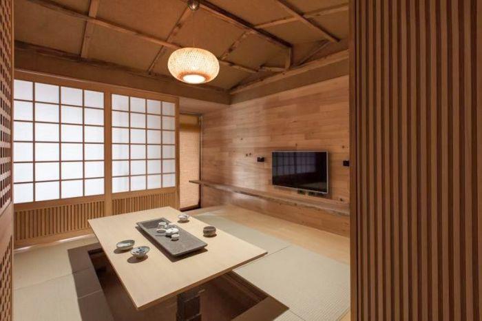 Popularny stół w stylu japońskim, który chowa się w podłodze, gdy nie jest używany.