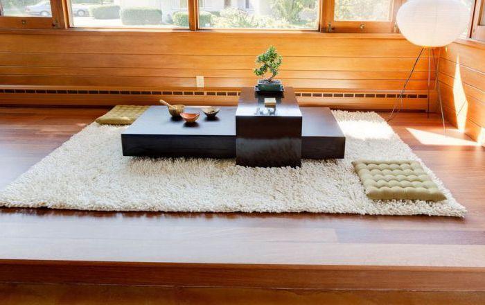 Wokół takiego stołu można usiąść na miękkich poduszkach lub puszystym dywanie.