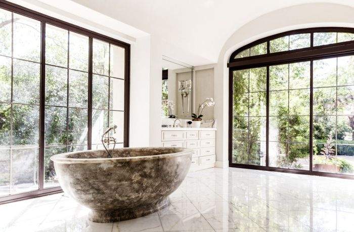 Луксозна баня с големи класически прозорци.