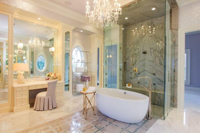 Тоалетката създава луксозен вид в банята.