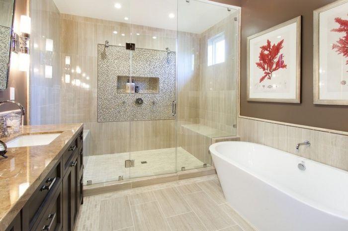 Великолепна баня с въвеждането на ярки корали под формата на картини по стените.