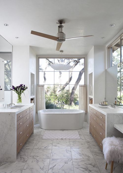 Зашеметяваща светлинна баня, завършена в бяло.