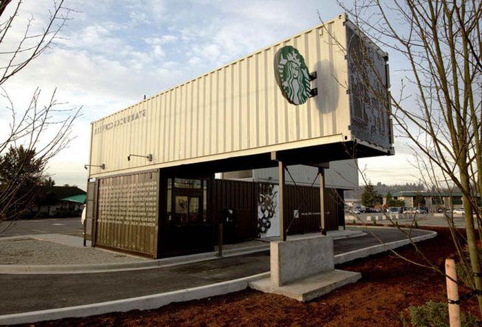 Budynek kawiarni z kontenerów transportowych.