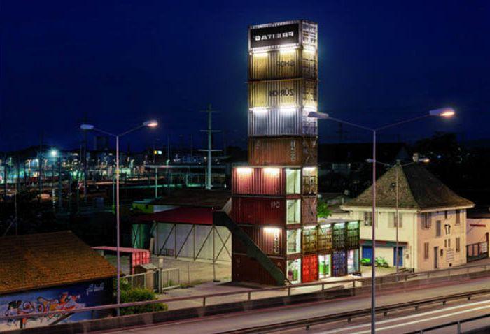 Fabryka zbudowana z kontenerów transportowych.