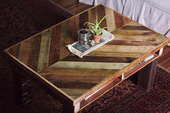 Интересна ръчно изработена маса.