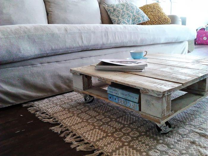 Холна маса с допълнителен рафт за книги.