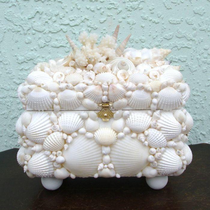 Bármely doboz rendkívülivé válik, ha kagylóval és fényes gyöngyökkel díszítik.