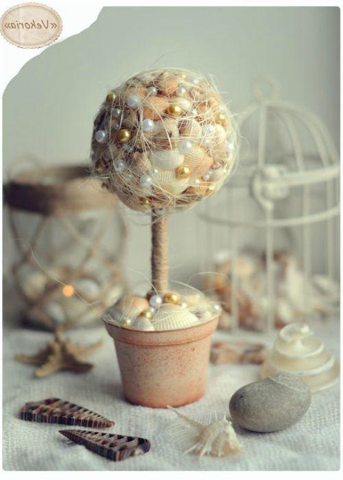 Egy ilyen dekoratív fa elkészítéséhez nemcsak kagylókat használhat, hanem gyöngyöket, kavicsokat, szövetet, szalagokat és még sok minden mást.