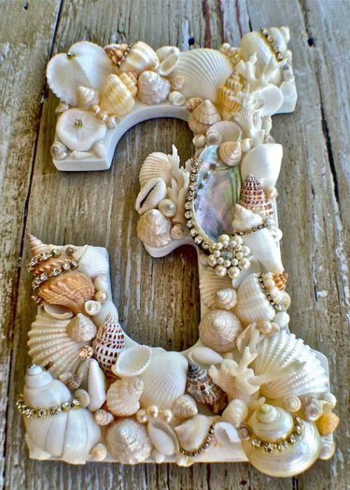 Kagylóval díszített gipszkarton betűk frissességet adnak a városi apartman belsejében.