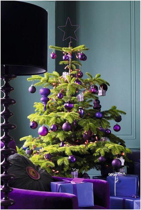 Fioletowe dekoracje na drzewie