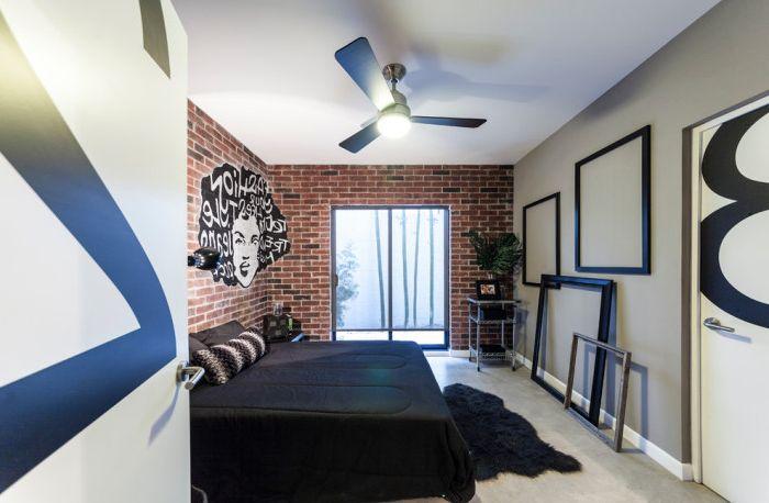 Ramy, które nie wiszą na ścianie, ale po prostu się o nie opierają, to bardzo oryginalny sposób na dekorację pomieszczenia.