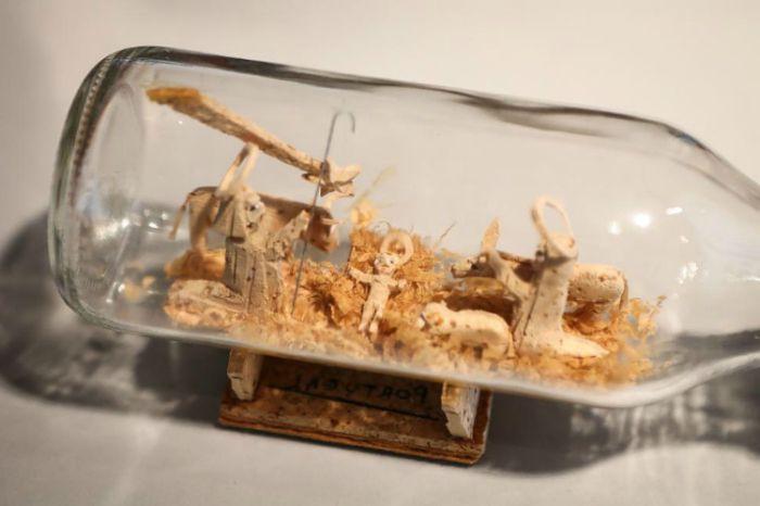 Дървените фигурки вътре в стъклена бутилка са оригинална декорация за дома.