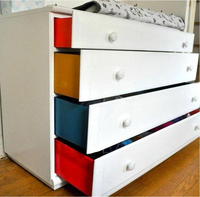 Един обикновен скрин с ярки страни на чекмеджетата.
