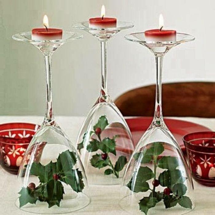 Обърнати чаши за вино като свещници.