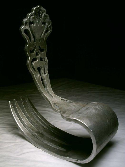 Valtava kaareva haarukka tuolina.