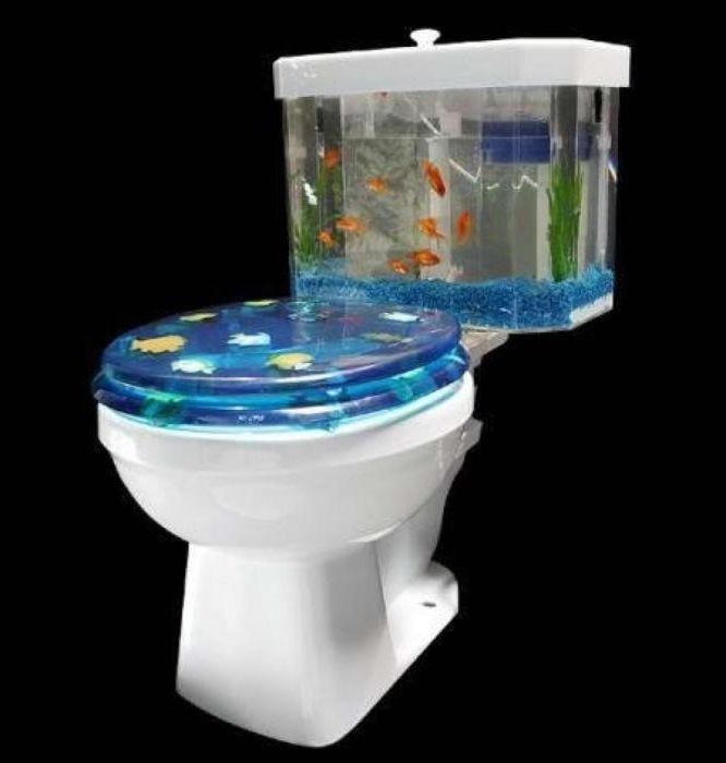 Wc, jossa on akvaario säiliön sijasta.