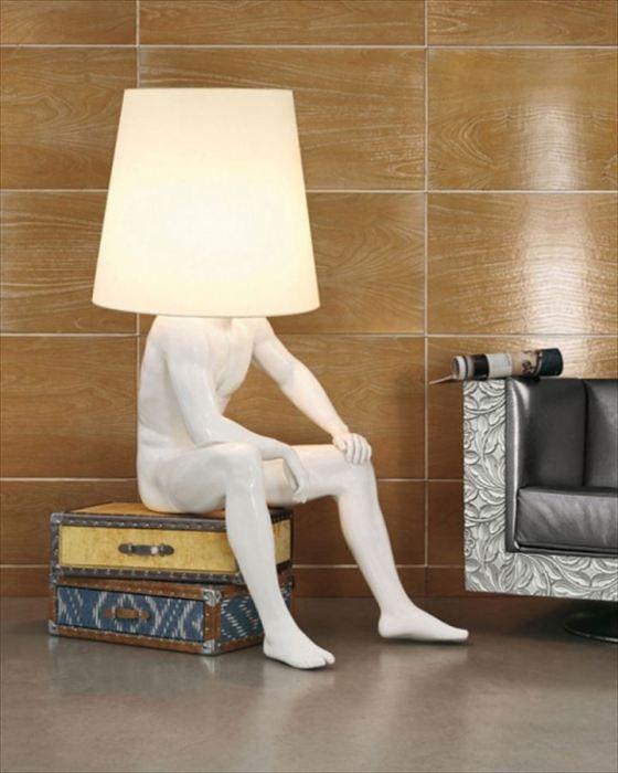 Лампа со скульптурой человека.