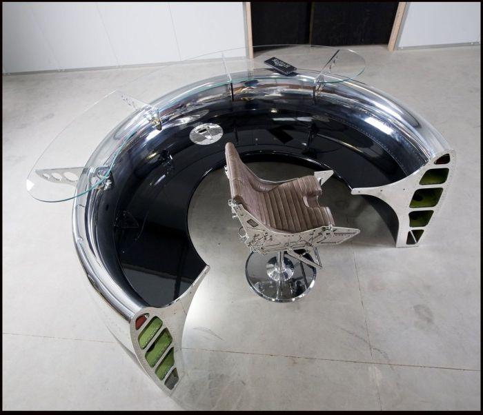 Стол из частей настоящего самолета.