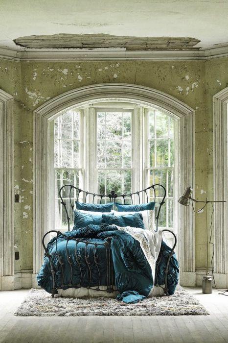 Tämä sänky on kiinnostava. Raudasta se näyttää siistiltä ja viihtyisältä. Vuodevaatteet lisäävät myös erityistä kosketusta.