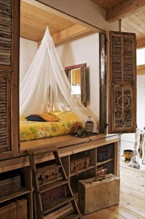 Kaapissa oleva sänky näyttää erittäin viihtyisältä. Siinä on jopa pieni ikkuna!