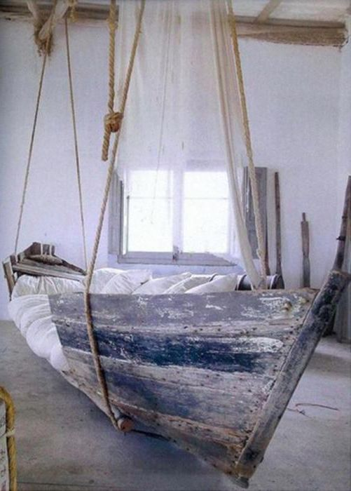 Täydellinen sänky leijuaksesi unelmaasi! Upea idea vanhan veneen uudelleenkäyttöön.