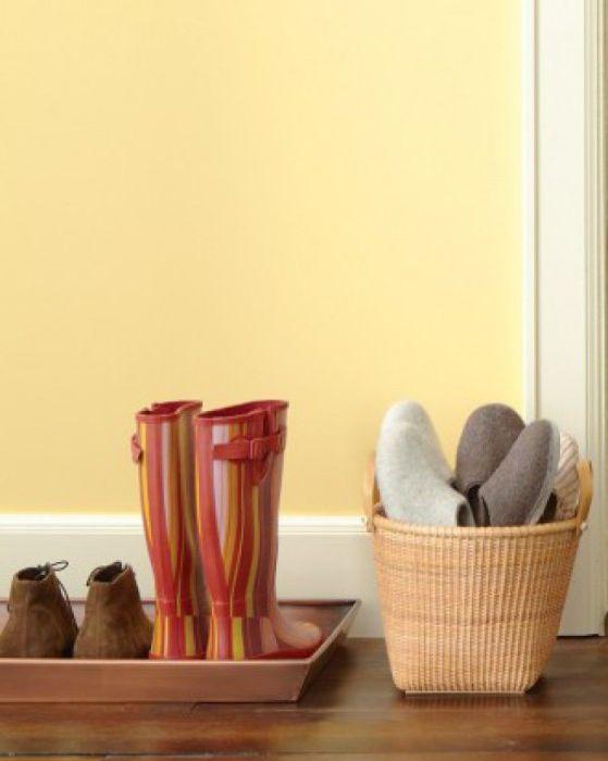 Когато има твърде много чехли за къщата, те могат да бъдат сгънати в една кошница, за да спестите място.
