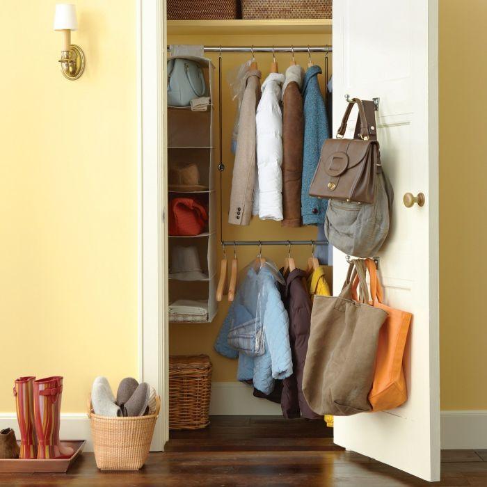 Оригинален начин за съхранение на връхни дрехи.