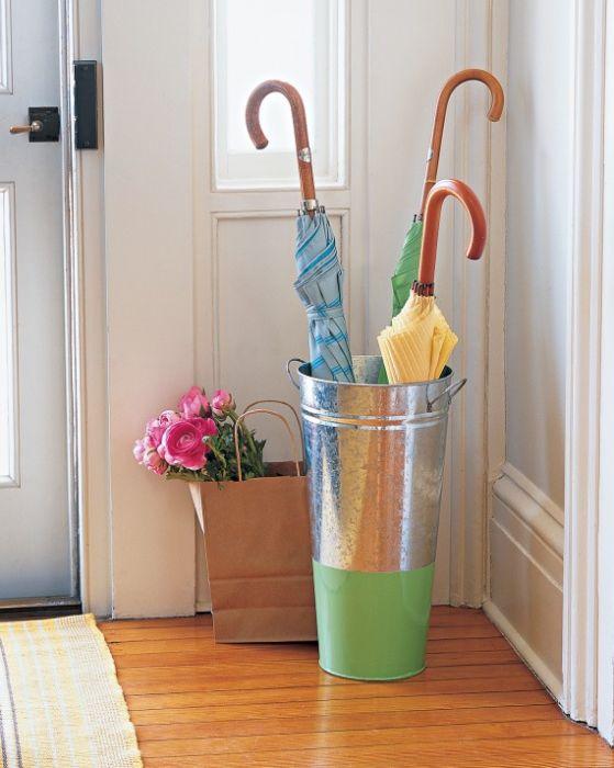 Мокрите чадъри могат да бъдат сгънати в малка кофа на входа на къщата.