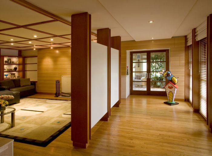 Wspaniała przegroda podzieliła pokój na dwie części: przedpokój i salon.