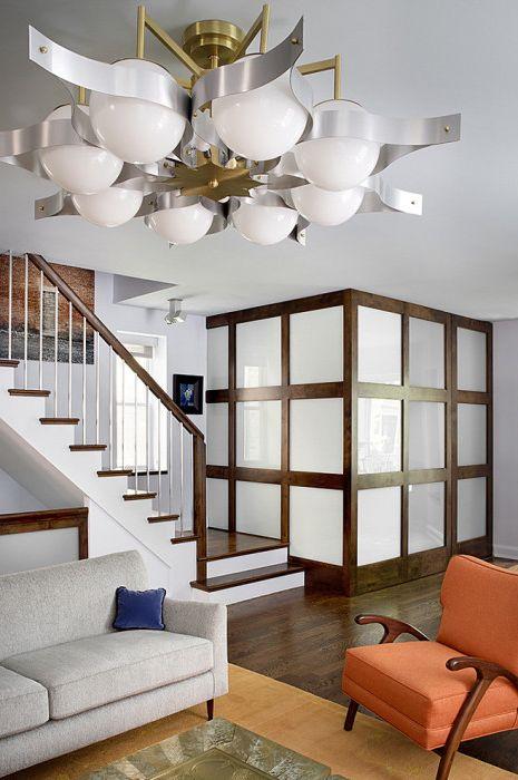 Taka przegroda od półki do sufitu stworzy wrażenie zupełnie oddzielnego pomieszczenia.