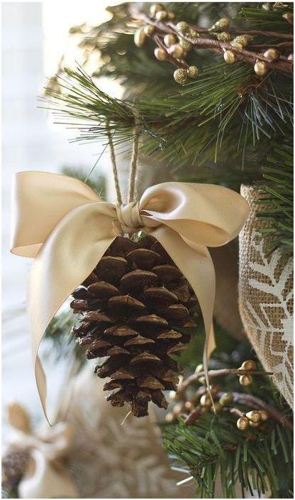 Човек трябва само да украси боровия конус със сатенена банка и той ще се превърне в прекрасна украса за коледно дърво.
