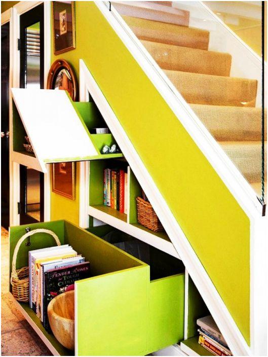 Светло стълбище с чекмеджета, шкафове и рафтове.