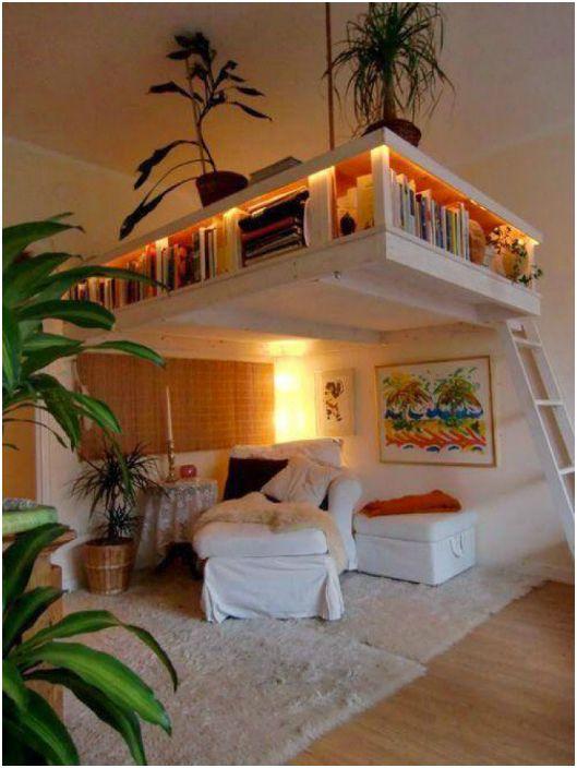 Необичайна шкафче за книги под тавана.